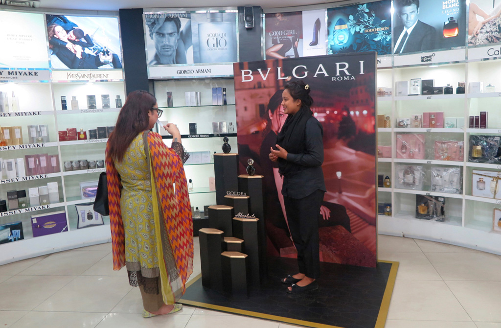 Bulgari Goldea the Roman Night Absolute in-store outpostings